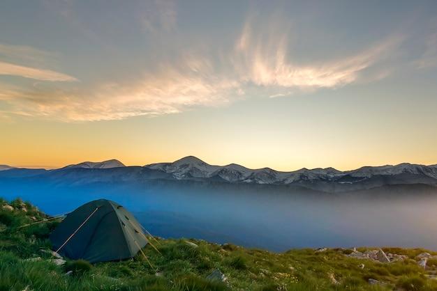 Estate in campeggio in montagna all'alba