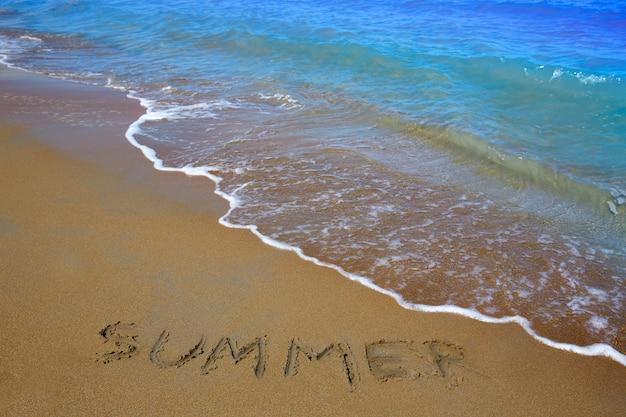 Estate incantesimo parola scritta nella sabbia di una spiaggia