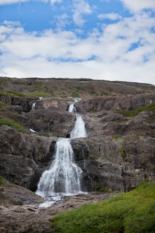 Estate islanda paesaggio con una bellissima cascata
