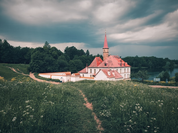 Estate nuvolosa e fuga con un palazzo del priorato a gatchina.