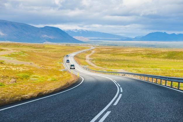 Estate vista auto in viaggio sulla strada di campagna in islanda
