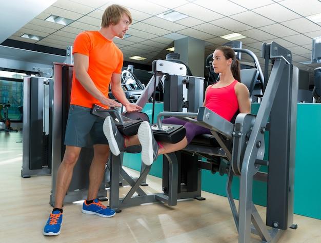 Estensione gamba donna palestra con personal trainer