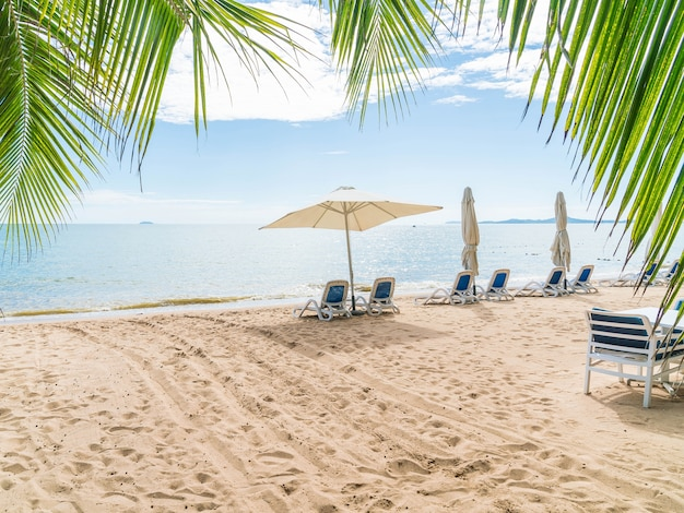 Esterno con ombrellone e sedia sulla bella spiaggia tropicale e mare