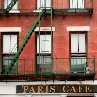 Esterno del caffè di parigi che bulding a manhattan, new york city, usa
