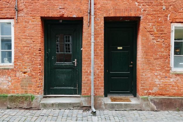 Esterno della casa con porte nere