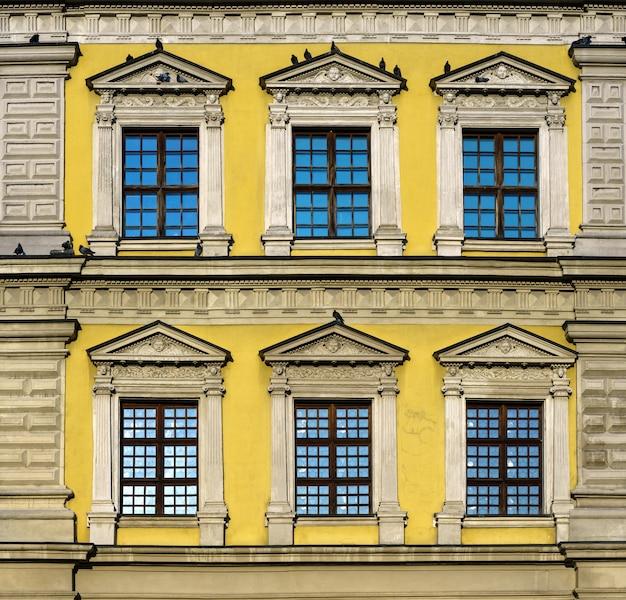 Esterno europeo storico giallo dell'edificio