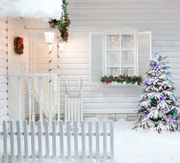 Esterno invernale di una casa di campagna con decorazioni natalizie in stile americano.