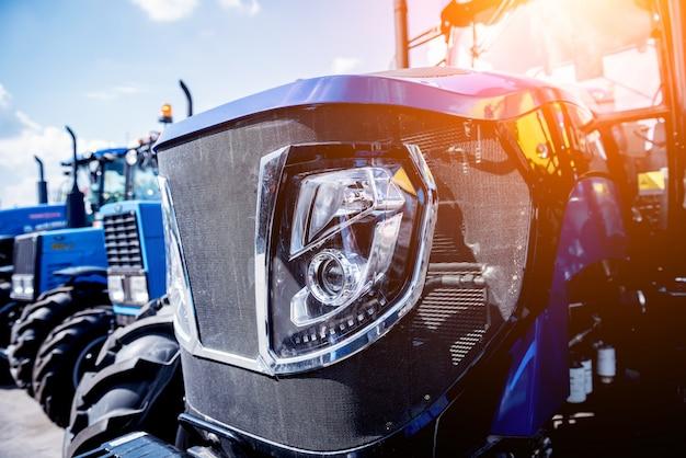 Esterno moderno della cabina del trattore. mostra agricola. industriale