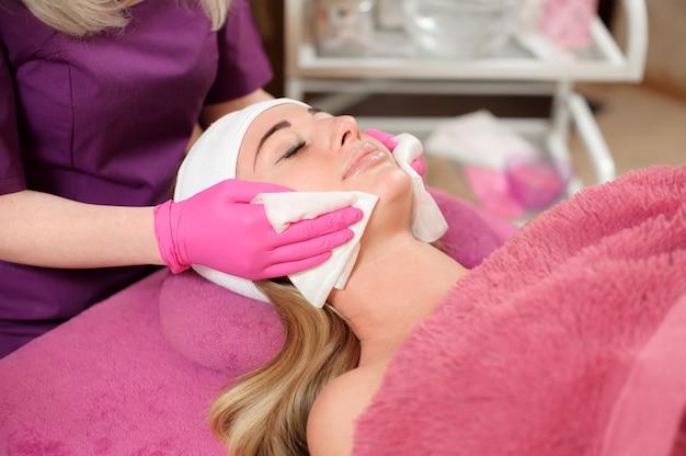 Estetista pulizia viso di un cliente