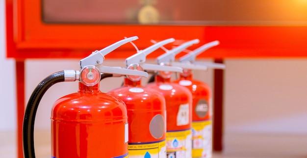 Estintori disponibili in caso di emergenza antincendio.