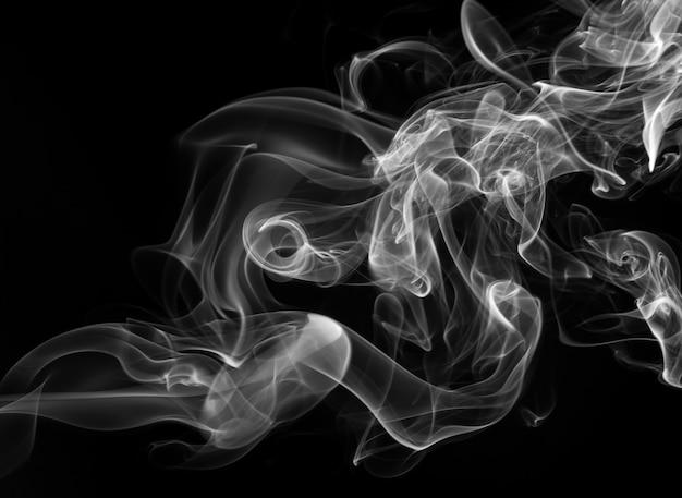 Estratto bianco del fumo su fondo nero, progettazione del fuoco