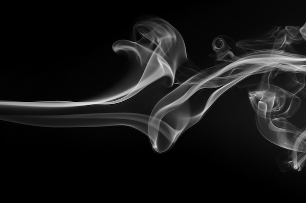 Estratto bianco del fumo sul nero, progettazione del fuoco
