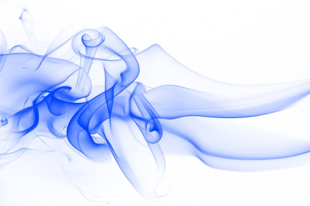 Estratto blu del fumo su fondo bianco. inchiostro ad acqua su bianco