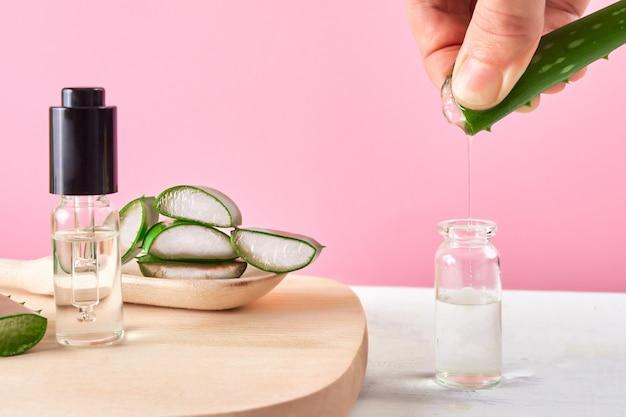 Estratto della stretta della mano di gel di aloe vera organico con piatto e cucchiaio di legno