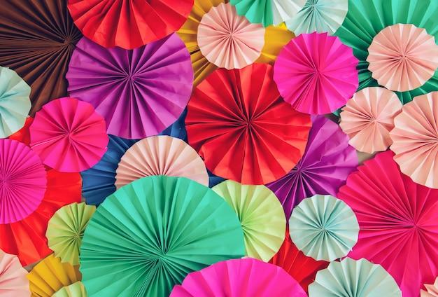 Estratto di belle strisce di filigrana di carta colorate piegate