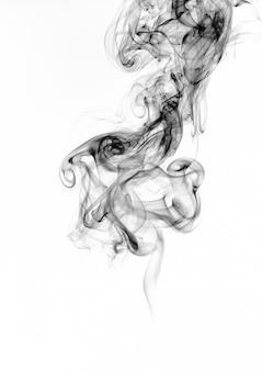 Estratto di fumo nero su sfondo bianco