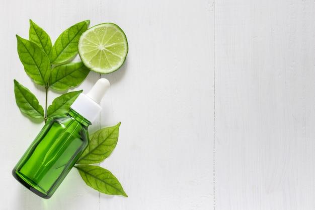 Estratto di lime di vitamina c per trattamenti e rimedi per la pelle, acne e macchie scure di olio essenziale, sfondo di prodotti di bellezza naturali e biologici