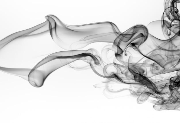 Estratto nero del fumo su bianco isolato. progettazione del fuoco