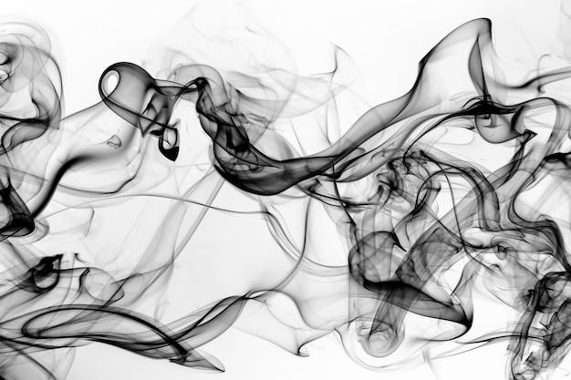 Estratto nero del fumo su fondo bianco, progettazione del fuoco