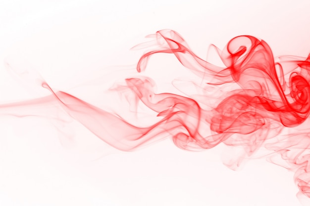 Estratto rosso del fumo su fondo bianco