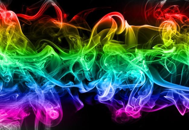 Estratto variopinto del fumo su fondo nero, movimento di fuoco