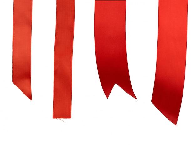Estremità differenti del nastro di seta rosso isolato su bianco
