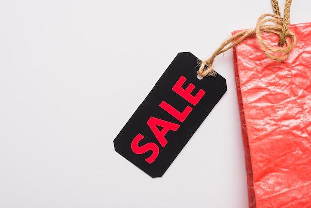 Etichetta con iscrizione di vendita sul pacchetto