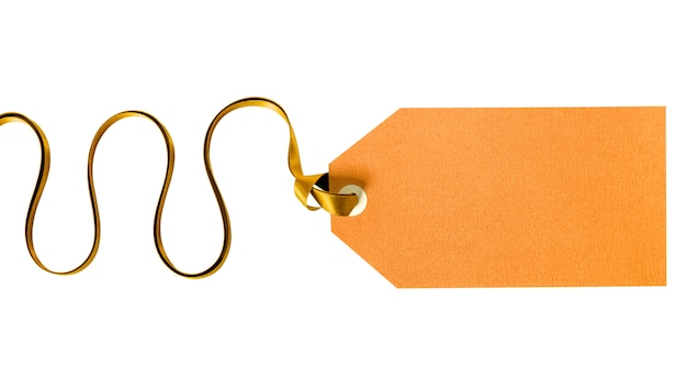 Etichetta del regalo dell'oro legata con il nastro riccio isolato su bianco