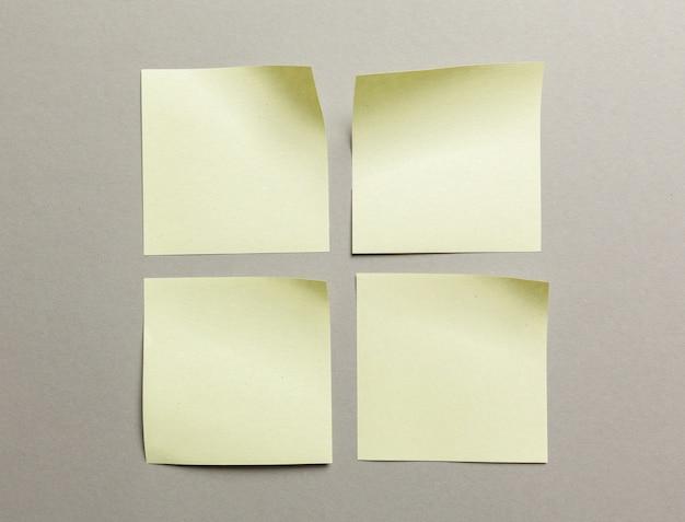 Etichetta di adesivi da vicino su carta grigia