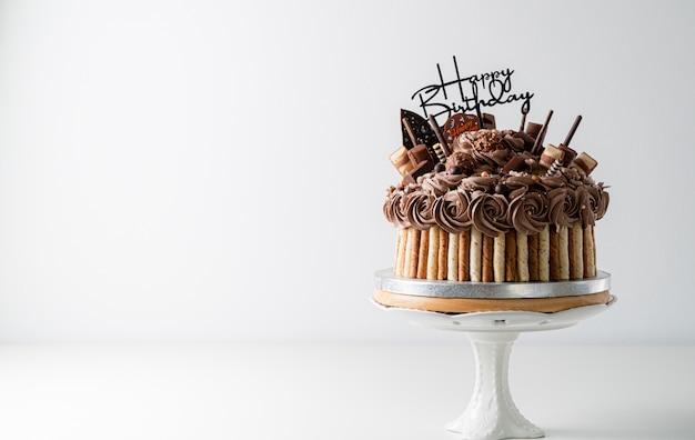Etichetta di buon compleanno sulla torta al cioccolato