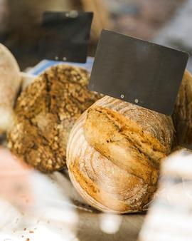 Etichetta in bianco su pane nero nella stalla del forno
