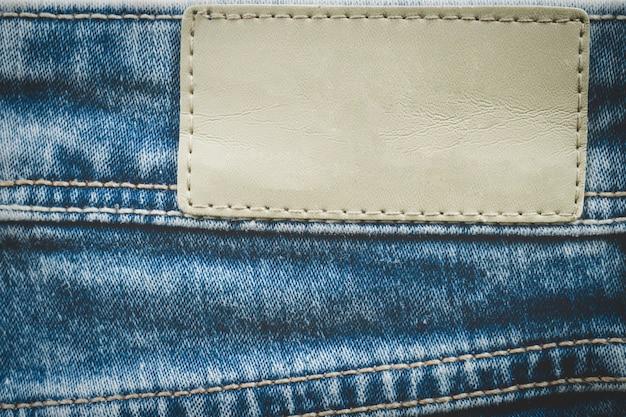 Etichetta in pelle vuota sui jeans