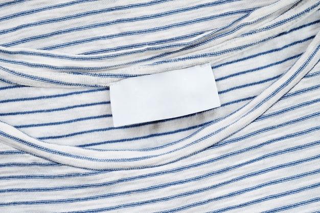 Etichetta in tessuto bianco su maglietta di cotone