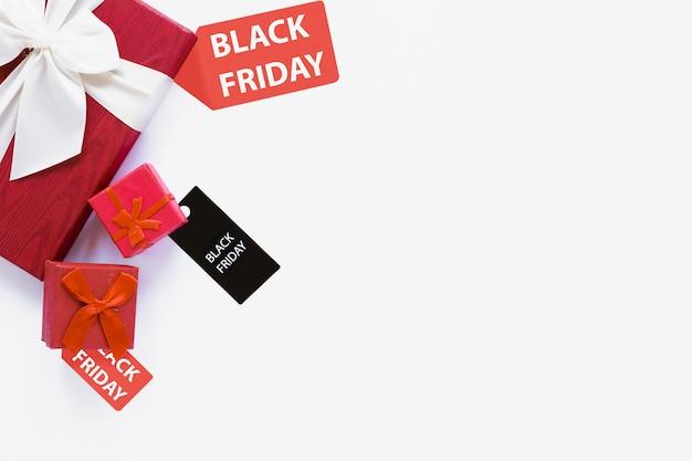 Etichetta nera di venerdì vicino ai regali con copia-spazio