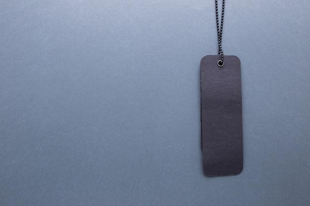 Etichetta nera su sfondo grigio isolato