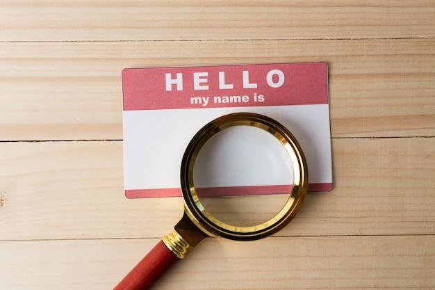 Etichetta nome vuota con lente d'ingrandimento