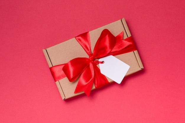 Etichetta romantica dell'arco del nastro del regalo di giorno di biglietti di s. valentino, rose rosse del fondo rosso senza cuciture
