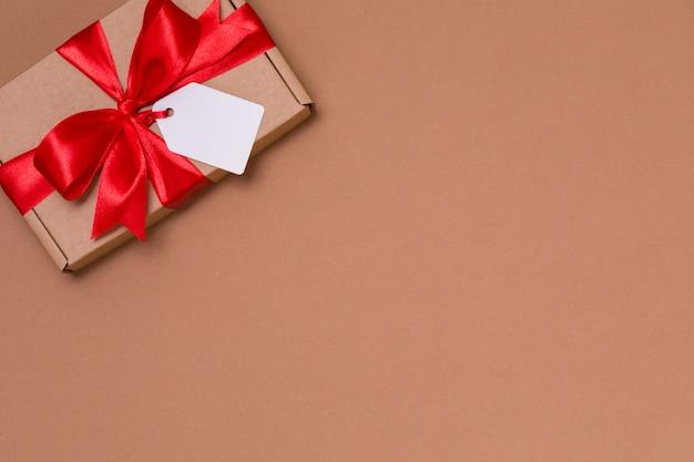 Etichetta romantica dell'arco del nastro del regalo di giorno di biglietti di s. valentino, rose rosse nude senza cuciture del fondo