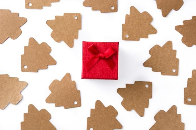 Etichetta rossa del contenitore di regalo e dell'albero di natale su bianco. vista dall'alto.