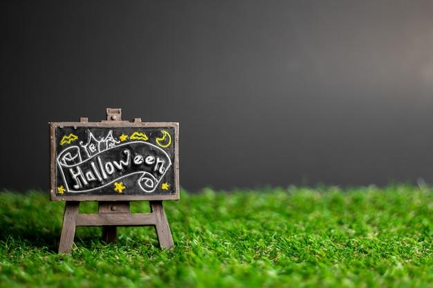 Etichette con testo halloween sull'erba.