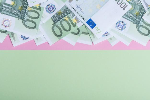 Euro in contanti su una rosa e verde.