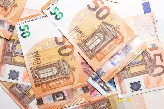 Euro primo piano dei soldi isolato