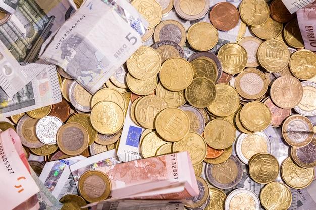 Euro soldi: primo piano della disposizione piana delle banconote e delle monete