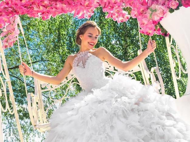 Evento fotografico con bellissima modella nell'immagine della sposa decorata con fiori