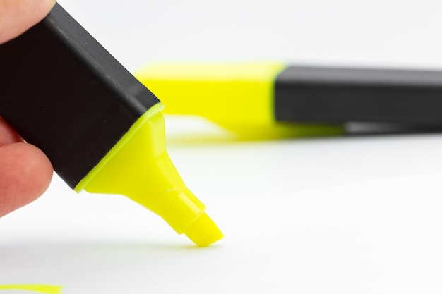 Evidenziatore giallo penna e scarabocchi isolati su sfondo bianco