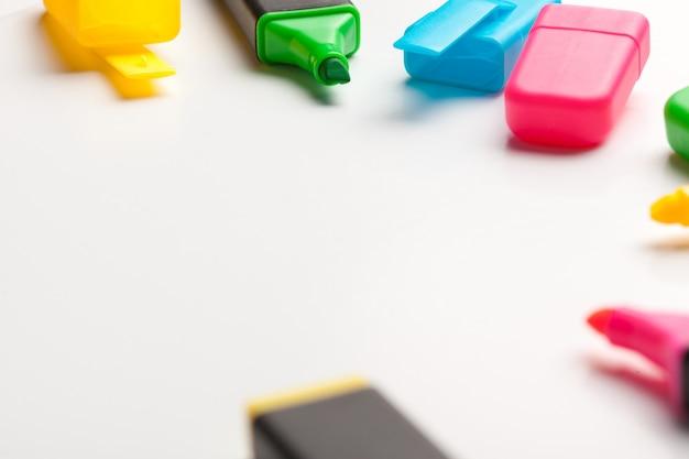Evidenziatori multicolori isolati su fondo bianco