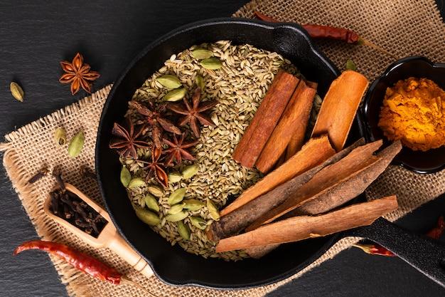 Exotic herbal food concept mix delle spezie organiche nel cast slilet