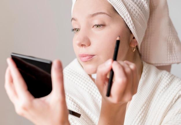 Eyeliner applicatore femminile giovane
