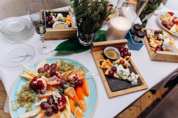 Fa un spuntino il cibo delizioso del piatto della tavola di festa della frutta