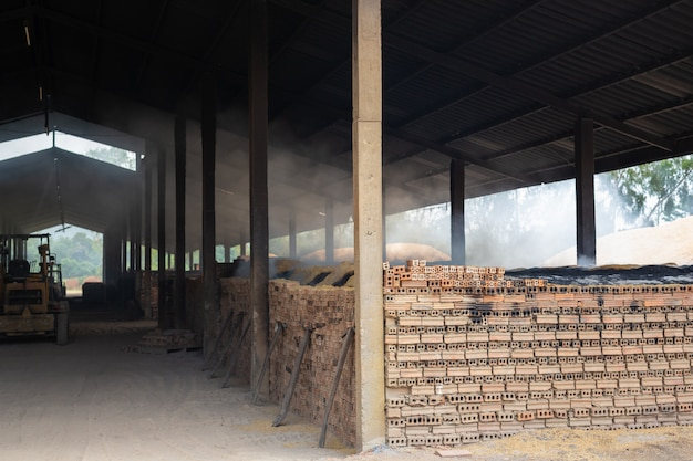 Fabbrica di mattoni che bruciava mattoni.